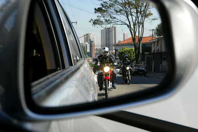 moto_pelo_retrovisor_no_transito